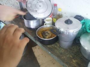 Comida estragada e com mosquitos encontrada na fazenda. (Foto: Reprodução/PRF)