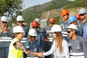Presidente cumprimenta trabalhadores durante visita à Linha 4 do Metrô (Roberto Stuckert Filho/PR)