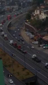 Caminhões provocaram retenção no trânsito.Foto: Raquel Lacerda