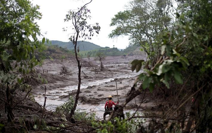 Onda de lama avança em direção à Colatina/ES (FOTO: REUTERS)