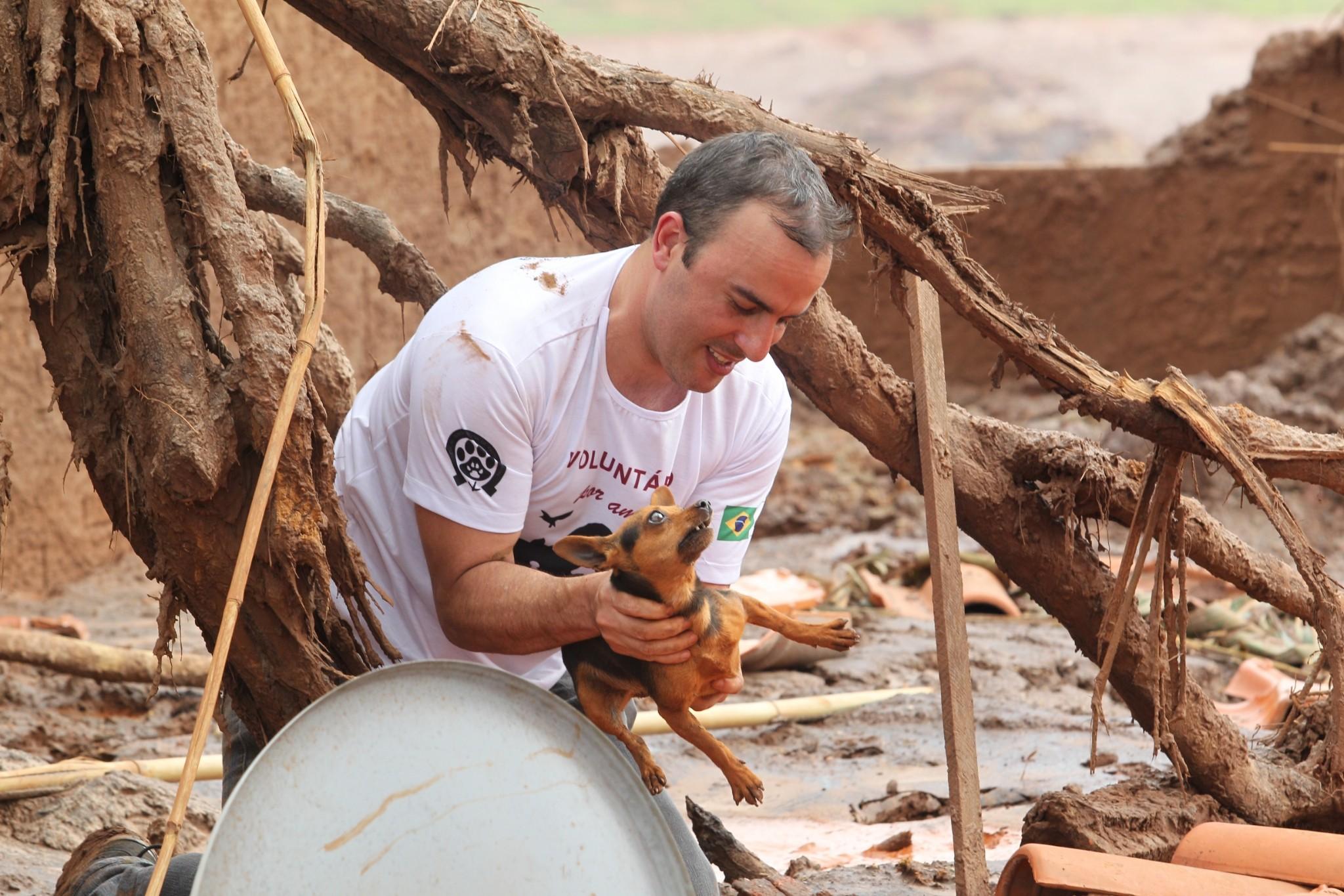MG - MARIANA/ACIDENTE/BARRAGEM - GERAL - Animais que foram resgatados em Bento Rodrigues, distrito de Mariana (MG), região que foi atingida pelo rompimento de duas barragens da mineradora Samarco. Equipes de resgate de Minas Gerais continuam neste domingo, dia 08, as buscas por possíveis vítimas do acidente. 08/11/2015 - Foto: MÁRCIO FERNANDES/ESTADÃO CONTEÚDO