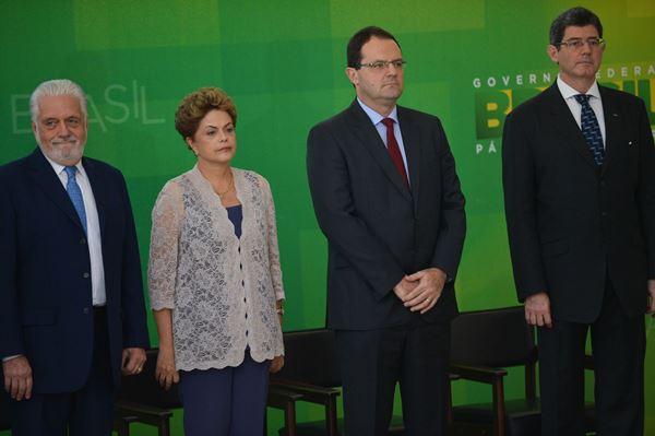 A presidente Dilma Rousseff participa da solenidade de posse dos ministros da Fazenda, Nelson Barbosa, e do Planejamento, Orçamento e Gestão, Valdir Simão, no Palácio do Planalto (José Cruz/Agência Brasil)