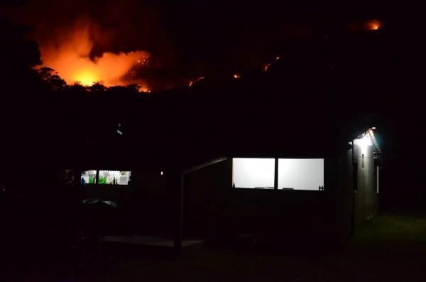 Fogo se aproxima das casas da Vila do Capão. Foto: Reprodução Facebook