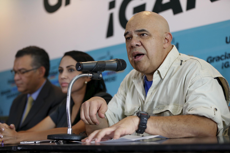 Jesús Torrealba concede entrevista coletiva em Caracas.  8/12/2015. REUTERS/Carlos Garcia Rawlins