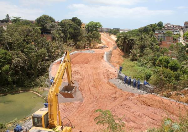 A construção da nova avenida tem por objetivo liberar o fluxo na Rótula da Feirinha e diminuir os congestionamentos na região. Foto: Bruno Concha/ Agecom
