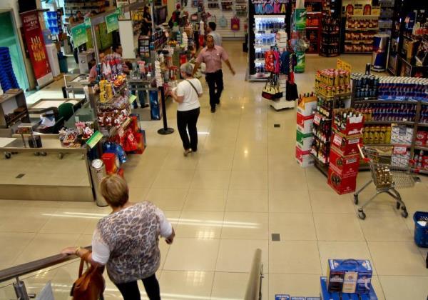 Setor de serviços recua 1% e tem pior agosto da série