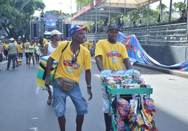 Ambulantes no carnaval (Foto: Max Haack/Ag Haack)