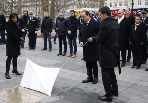 O presidente François Hollande (centro) descerra placa em memória de vítimas de ataques terroristas (Foto: Philippe Wojazer Pool EPA Agência Lusa)