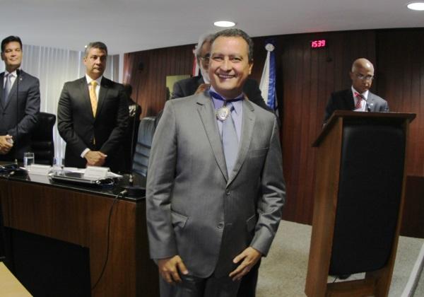 Governador recebeu Medalha Jorge Calmon na posse da Mesa Diretora do TCE | Foto: Manu Dias/ GOVBA