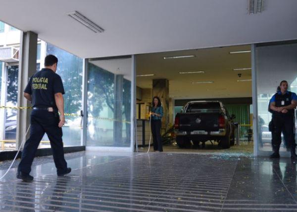Brasília - Uma caminhonete, com placa de Londrina, invadiu a entrada de serviço do Ministério da Fazenda. No momento a Polícia Federal está fazendo uma perícia no local (Foto: José Cruz/Agência Brasil)