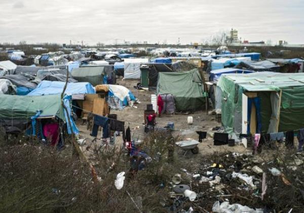 A parte sul do campo de refugiados em Calais, conhecido como Jungle, começa a ser desmontado (Foto Agência Lusa)