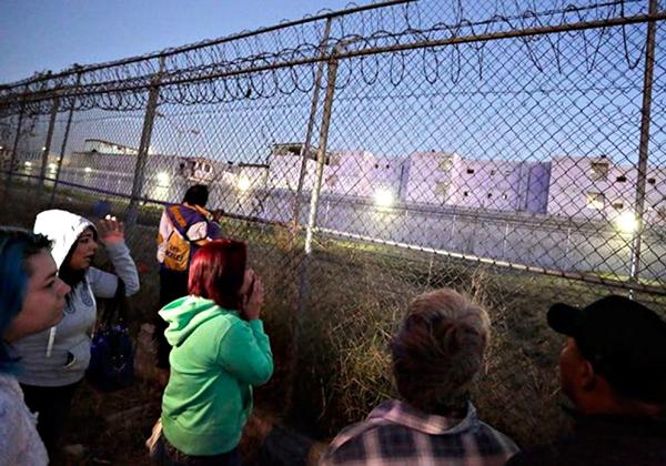 Familiares de detentos buscam notícias do ocorrido nas imediações da cadeia (Foto: Efecto Noticias)