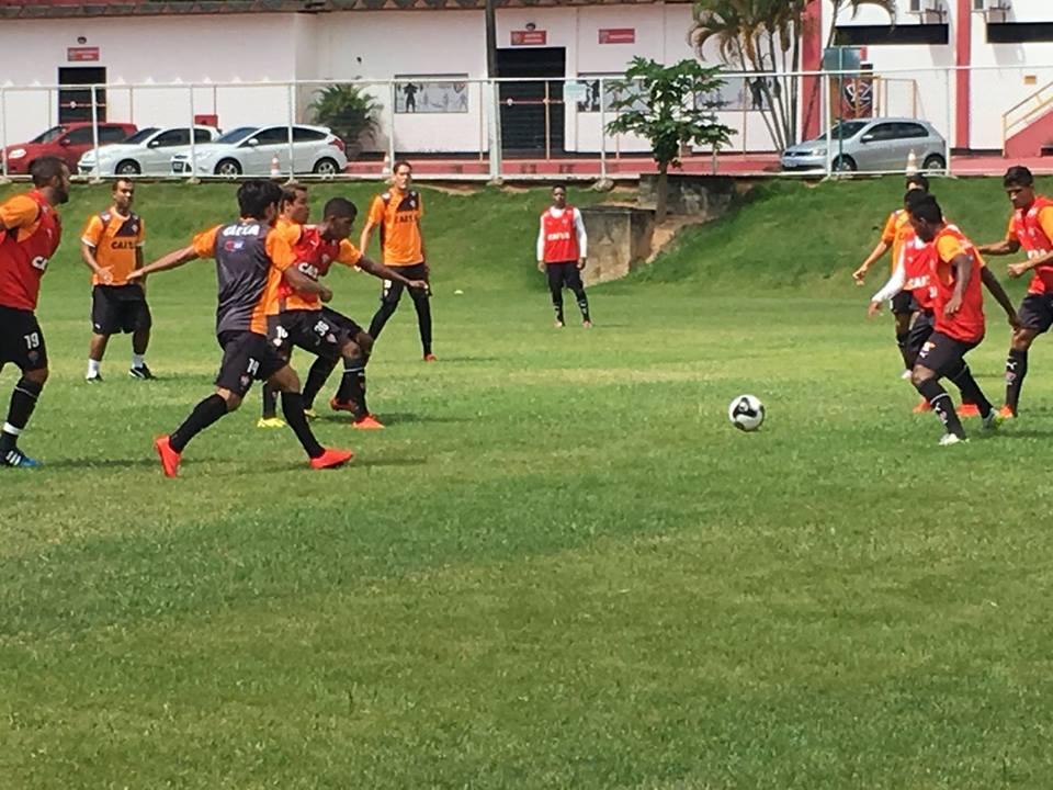 Jogadores do Vitória disputam rachão (Foto: Divulgação)