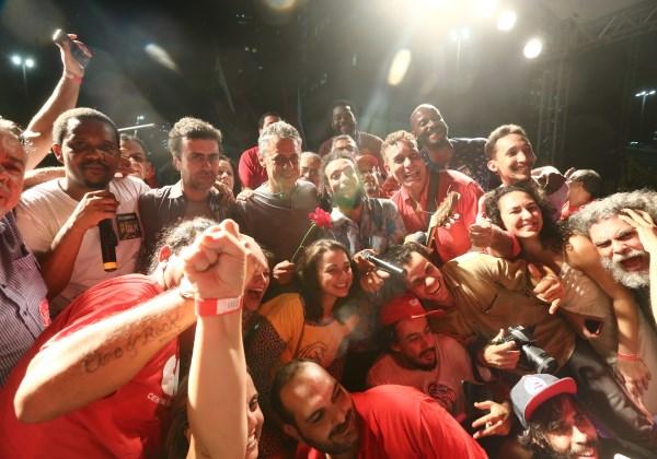 O cantor e compositor Chico Buarque e o deputado Marcelo Freixo (Psol) , participam de ato em apoio à presidente Dilma Rousseff e contra o seu impeachment, nesta quinta-feira, 31, no Largo da Carioca, Foto: WILTON JUNIOR/ESTADÃO CONTEÚDO