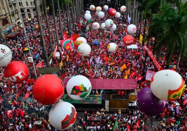 Manifestantes se concentraram na Igreja da Sé, em São Paulo (Foto: Agência Brasil)