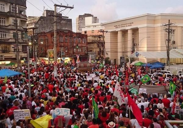 Manifestantes caminham em direção ao Campo da Pólvora, em Nazaré (Foto: leitor bahia.ba)