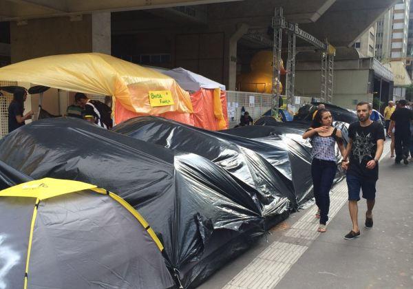 Manifestantes acampam há três semanas debaixo do prédio da Fiesp (Foto: Evilásio Jr./Bahia.ba)