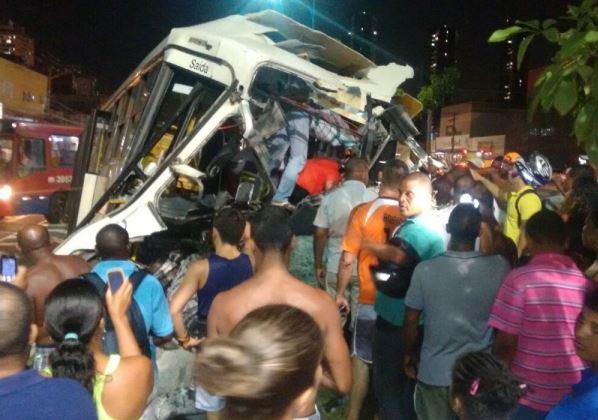 Ônibus bateu em poste na Avenida Vasco da Gama, deixando passageiros feridos (Fotos: Wadson Lima)
