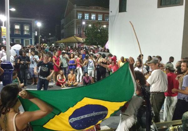 Simpatizantes do governo de Dilma Rousseff realizaram ato no Largo de Dinha (Foto: leitor bahia.ba)