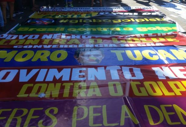 Militantes, estudantes, centrais sindicais e movimentos sociais da Bahia realizaram ato contra o impeachment em Salvador (Sayonara Moreno/Agência Brasil)