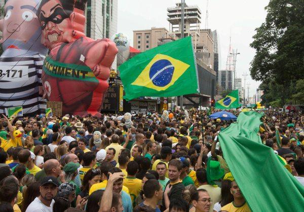 Manifestantes lotam Avenida Paulista em São Paulo (Foto: Agência Estado)