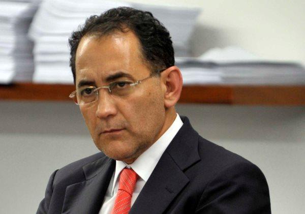 O novo presidente da CCJ , Dep. João Paulo Cunha escuta as explicações do ex presidente da CCJ o Dep. Eduardo Cunha, sobre a sessão da CCj que aprovou vários pedidos de projetos com apenas dois deputados presentes na sessão.