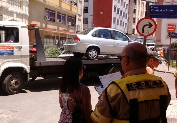 Carros foram removidos durante operação da Transalvador no Comércio (Foto: Transalvador)