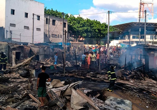 Bombeiros suspeitam que curto-circuito tenha causado o incêndio (Foto: Site Acorda Cidade)
