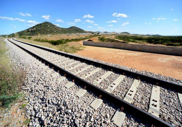 Trilhos instalados da ferrovia Transnordestina, em Salgueiro, Pernambuco. O município terá interseção da ferrovia com o Projeto de Integração do Rio São Francisco