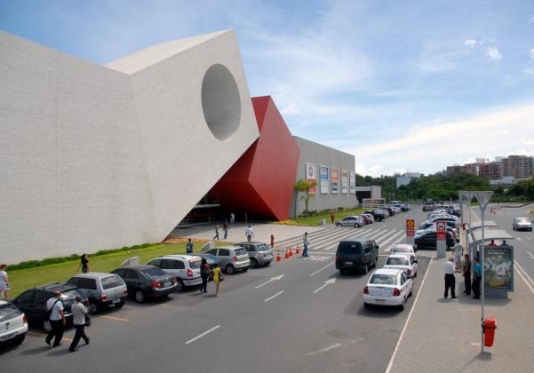 Joalheria do Shopping Paralela foi invadida por bandidos nesta sexta-feira (8) (Foto: Reprodução)