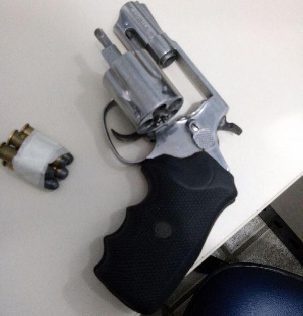 Arma descartada na Barra (Foto: Divulgação PM)