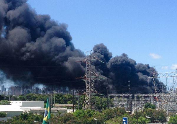 Recife - incêndio de grandes proporções na Companhia Hidrelétrica do São Francisco (Chesf), na Zona Oeste da cidade (Sumaia Villela/Agência Brasil)