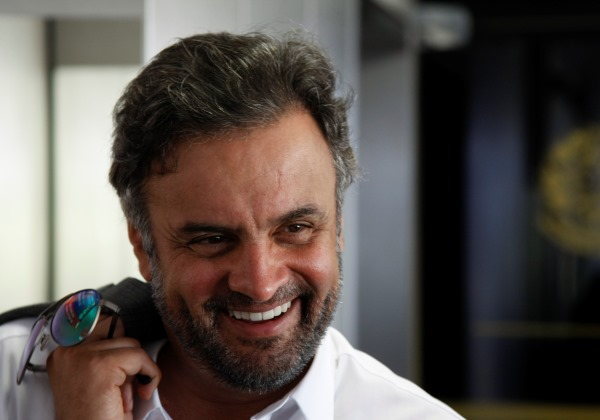 Marco Aurélio devolve mandato de Aécio Neves