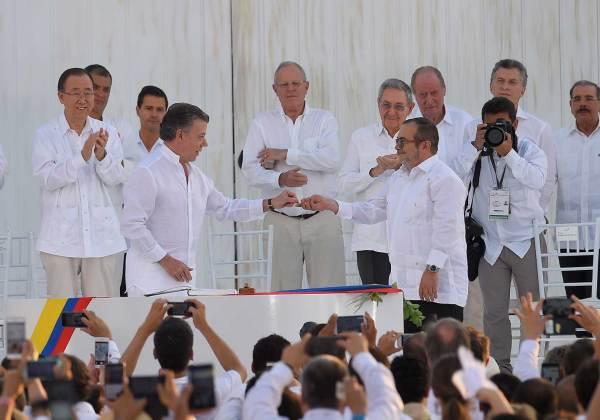 Tras la firma del Acuerdo Final de Paz, el Presidente Santos le obsequió a Rodrigo Londoño una paloma de la paz.