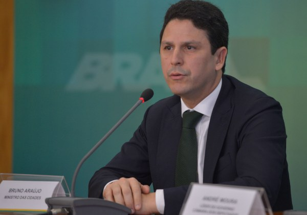 Ministro Bruno Araújo entrega carta de demissão a Michel Temer
