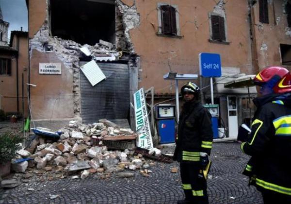 Bombeiros procuram vitimas do terremoto que atingiu a Italia (Foto Matteo Crocchini/Agencia Lusa)