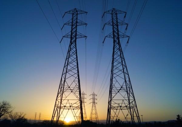 Para que a energia chegue às residências, hospitais, escolas, comércios e indústrias, ela precisa ser transportada de sua fonte geradora por meio de linhas de transmissão. (Foto: Public Domain Pictures)