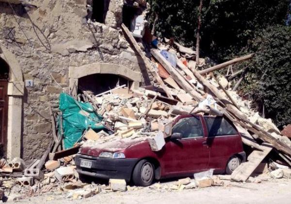 Terremoto destruiu casas, museus, igrejas e carros na Itália (Foto Claudio Accogli/EPA/Agencia Lusa)