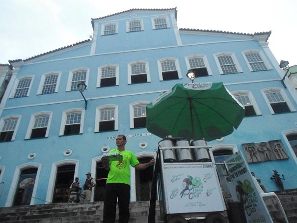 Milton Cavalcante faz questão de zelar pelo local onde trabalha. Foto: Alessandra Benini / Bahia.ba