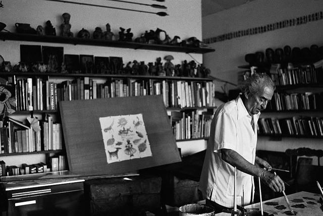 O artista em seu cavalete, em 1988. Foto: Arlete Soares