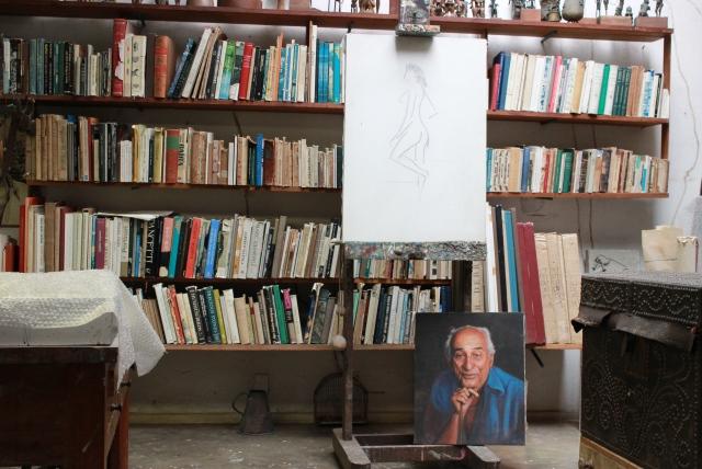 O mesmo cavalete, com um retrato de Carybé na base. Foto: James Martins / bahia.ba