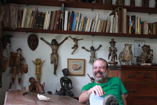 O designer Gabriel Bernabó, neto de Carybé, nosso guia na visita. Foto: James Martins / bahia.ba