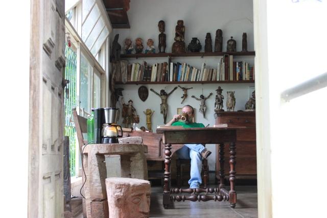 Ele também usa o estúdio como escritório, onde funciona o Instituto Carybé. Foto: james Martins / bahia.ba