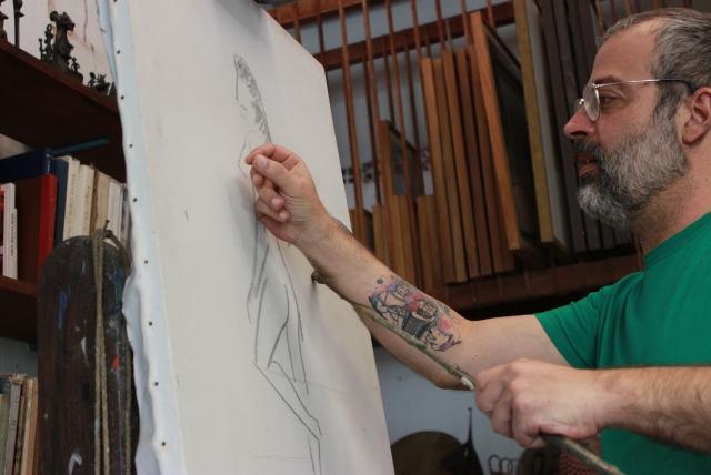 Gabriel mostra como usar o bastão do avô. Firmeza nos detalhes. Foto: James Martins / bahia.ba