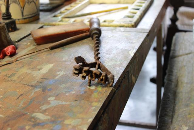 Ferramenta usada para assinar esculturas em madeira. Foto: James Martins / bahia.ba