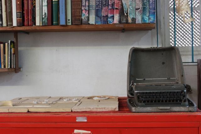 A máquina de escrever do pintor, escultor, gravador, ceramista, muralista, jornalista etc. Foto: James Martins / bahia.ba