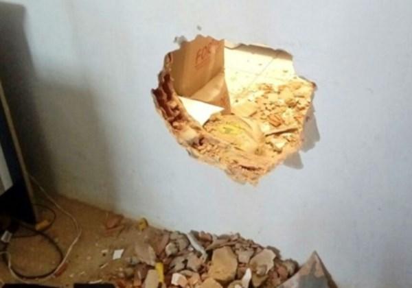 Buraco que os criminosos fizeram para entrar no estabelecimento (Foto: Reprodução/Giro de Notícias)