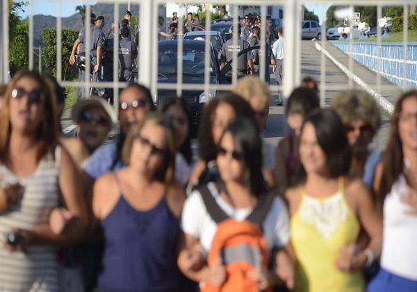 Vitória (ES) - Mulheres e familiares de policiais permanecem na saída do Comando Geral da Polícia Militar de Vitória e impedem a saída dos militares. Foto: Tânia Rêgo/Agência Brasil