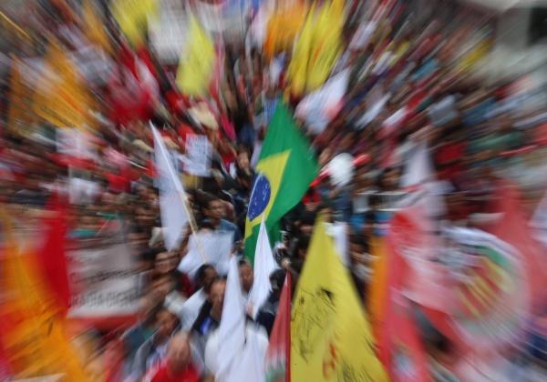 São Paulo- SP- Brasil- 07/09/2016- Manifestantes realizam ato contra o governo Temer em São Paulo. Na foto, manifestantes sobem a avenida Brigadeiro Luis Antonio. Foto: Paulo Pinto/ AGPT