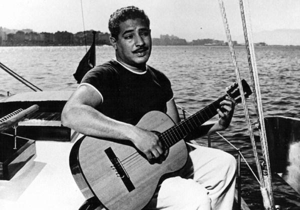 Dorival Caymmi, seu violão e o mar: uma coisa só. (Foto: Divulgação)